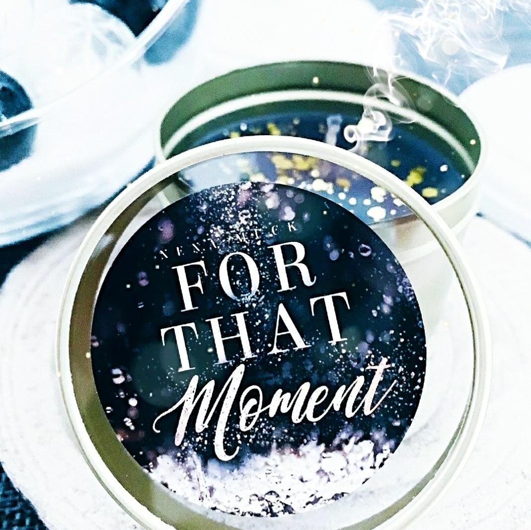 Buchkerze zu For that Moment – Rain sounds like Applause von Nena Muck inklusive eines Lesezeichens des gleichnamigen Romans