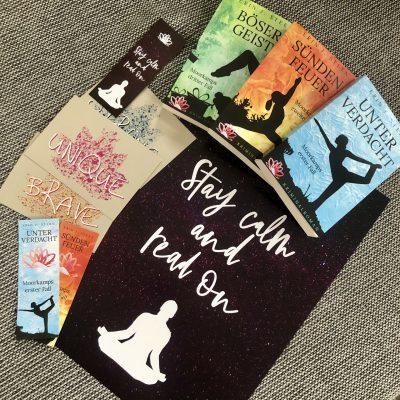 drei Cosy Crime Romane mit Poster, Postkarten und Lesezeichen
